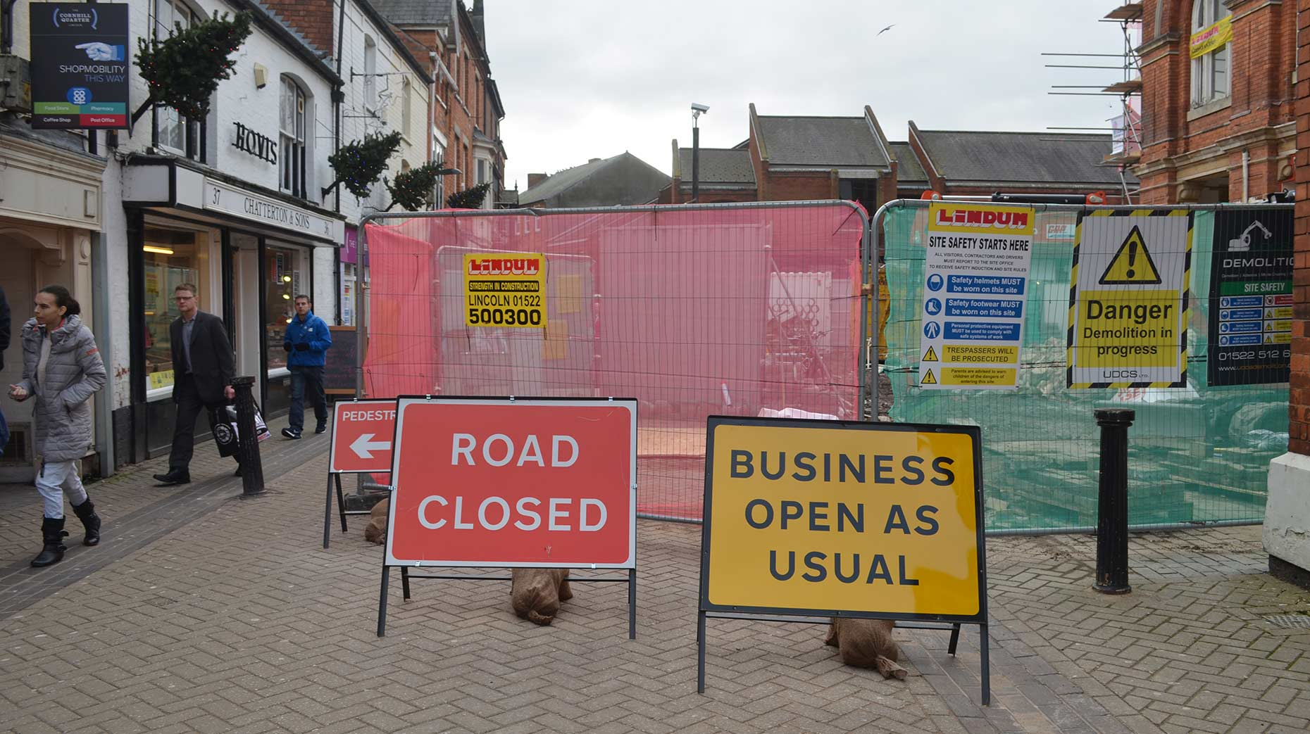 Work is ongoing to redevelop the Cornhill area, but businesses are getting into the Christmas spirit. Photo: The Lincolnite